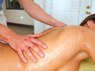 PornStarSpa has the pleasure of bringing u Lizz Taylor this week, as we treat her to a spa day..